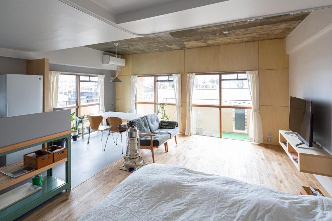 マルニ60のソファと素材感のあるお部屋
