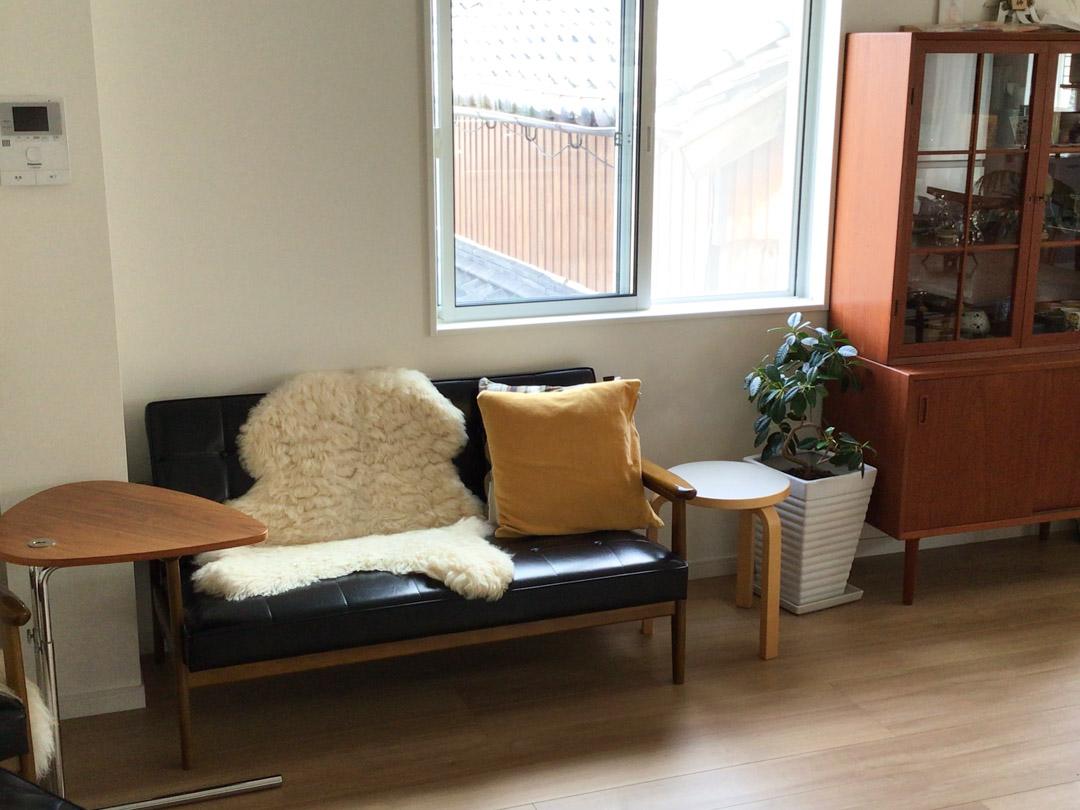 窓際で楽しむカリモク60と北欧家具